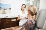 Frau Müller im Gespräch mit einer Patientin